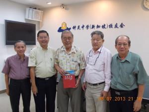 锺灵中学校友联合总会总会长拿督张文铭于2013年7月8日莅临校友会(1)