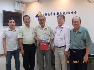 锺灵中学校友联合总会总会长拿督张文铭于2013年7月8日莅临校友会(2)